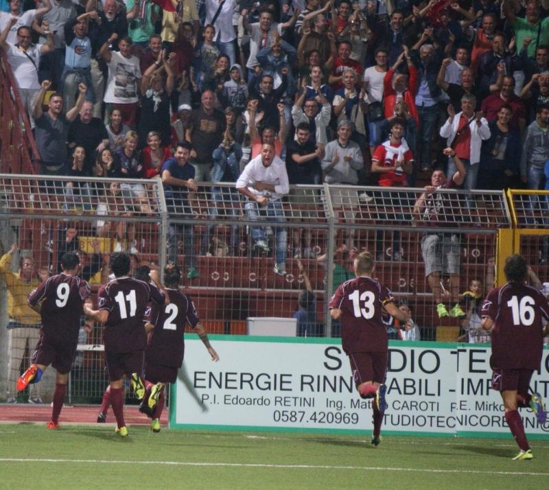 I giocatori del Pontedera esultano a fine partita (immagine tratta da: www.lanazione.it)