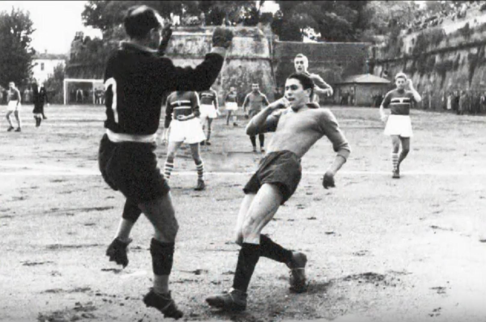 Fioravanti anticipato dal portiere doriano nell'amichevole tra Us Grosseto e Sampdoria del novembre 1940 (immagine tratta da YouTube)