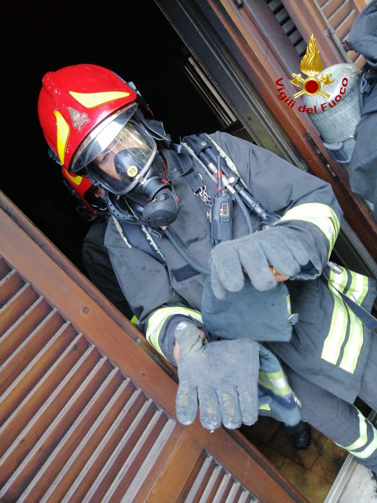 vigili del fuoco incendio appartamento via mascagni grosseto-2