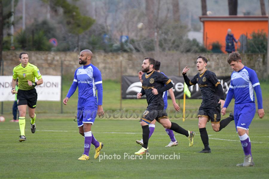 Lo Sicco ha appena segnato il gol del pari e viene seguito da Carcani. I giocatori dell'Ostiamare vanno mestamente a centrocampo