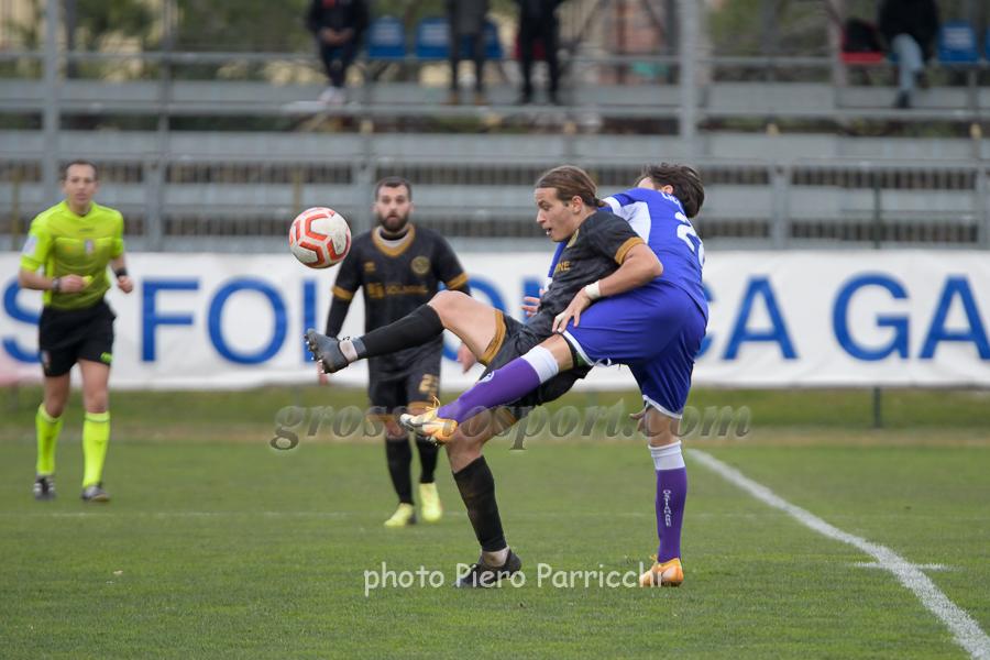 Apolloni difende il pallone da un giocatore biancoviola