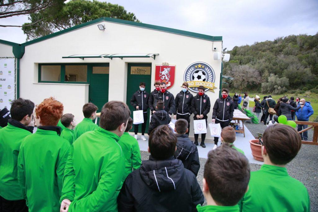 Un momento della consegna dei gadget unionisti ai campioncini della Pro Soccer Lab (foto Us Grosseto)
