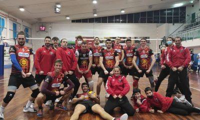 invictavolleyball-squadra-serie-B-maschile-festeggia-la-vittoria