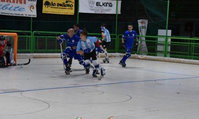 hockey-pista-hc-castiglione-lorenzo-biancucci-castiglione-inseguito-da-angelo-depalma-del-matera-serie-A2