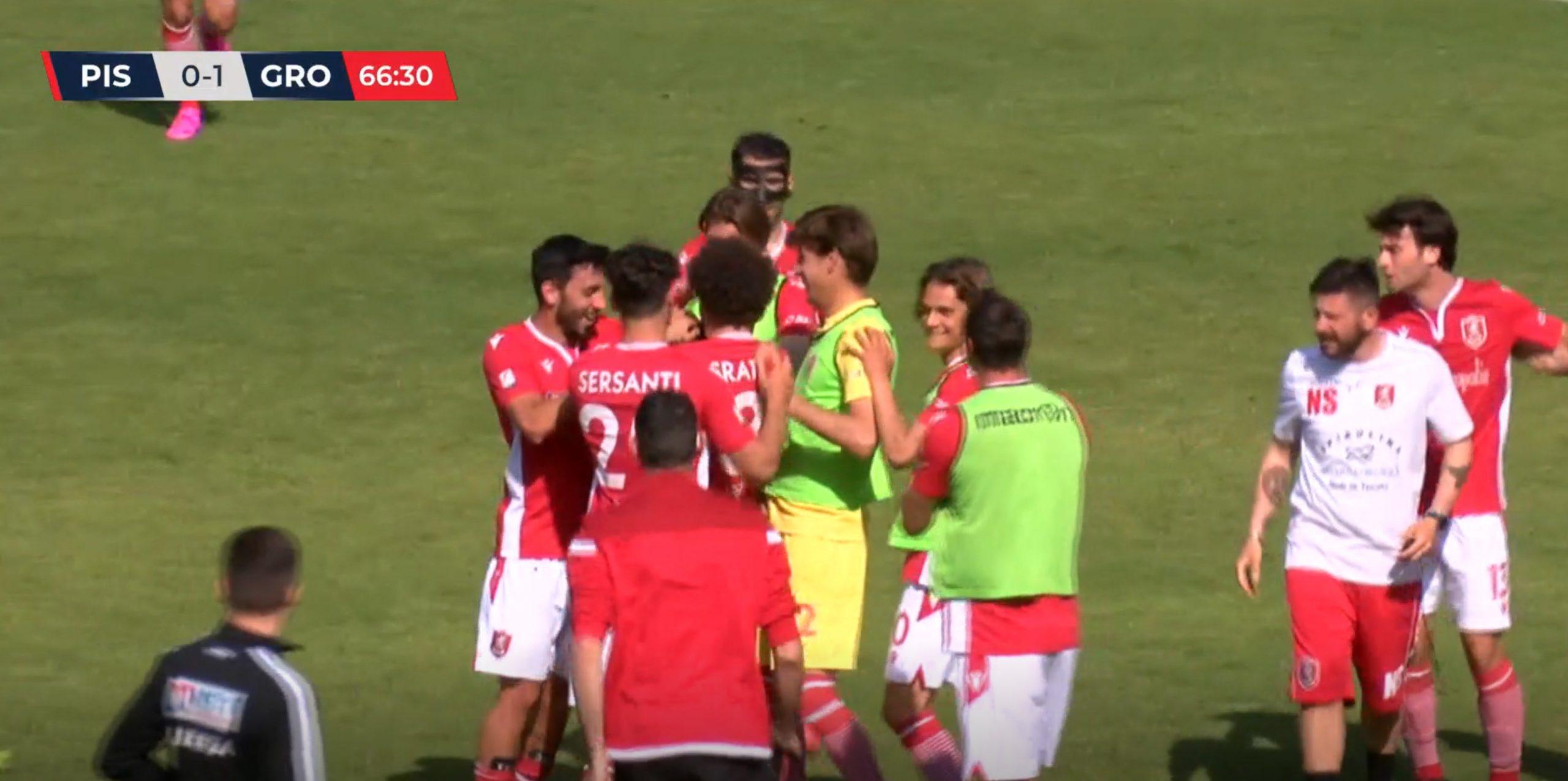 Pistoiese-Us Grosseto 0 a 1 - Raimo festeggiato dai compagni dopo il gol