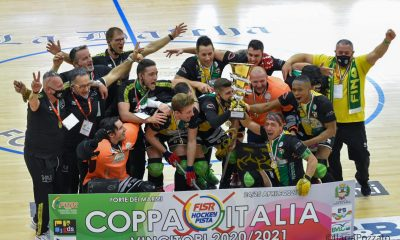 hockey-pista-foto-della-festa-del-Vercelli-per-la-conquista-della-Coppa-Italia-di-serie-B-credit-Ilaria-Pozzato