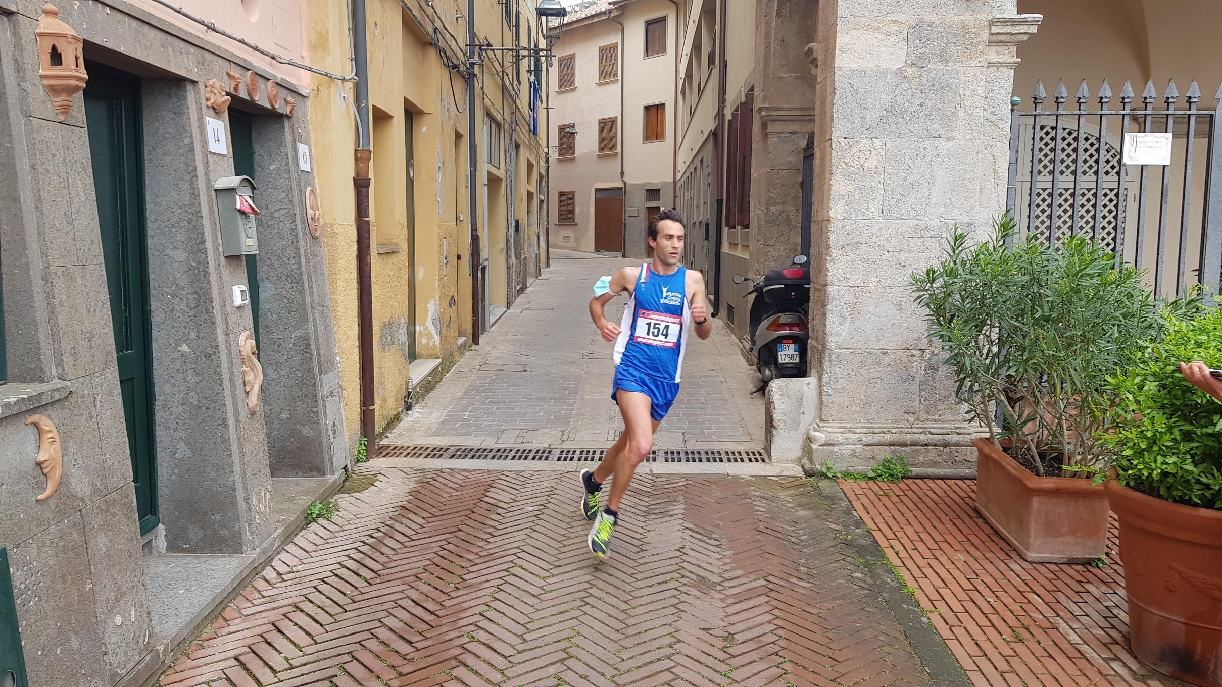 Uisp-Corri-nella-Maremma-45esima-edizione-dei-IV-Forti-Spagnoli-il-vincitore-jacopo-boscarini-in-gara