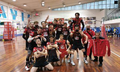 invictavolleyball-squadra-serie-D-festeggia-la-vittoria