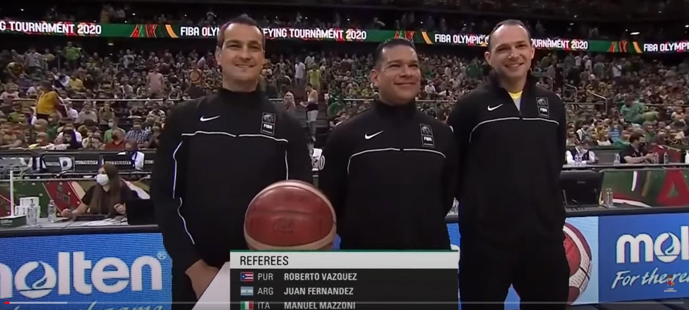 L'arbitro grossetano Manuel Mazzoni (il primo a destra) prima di Lituania-Slovenia di basket