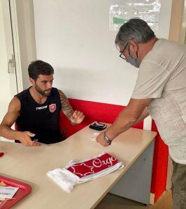 L'attaccante biancorosso Moscati consegna un abbonamento