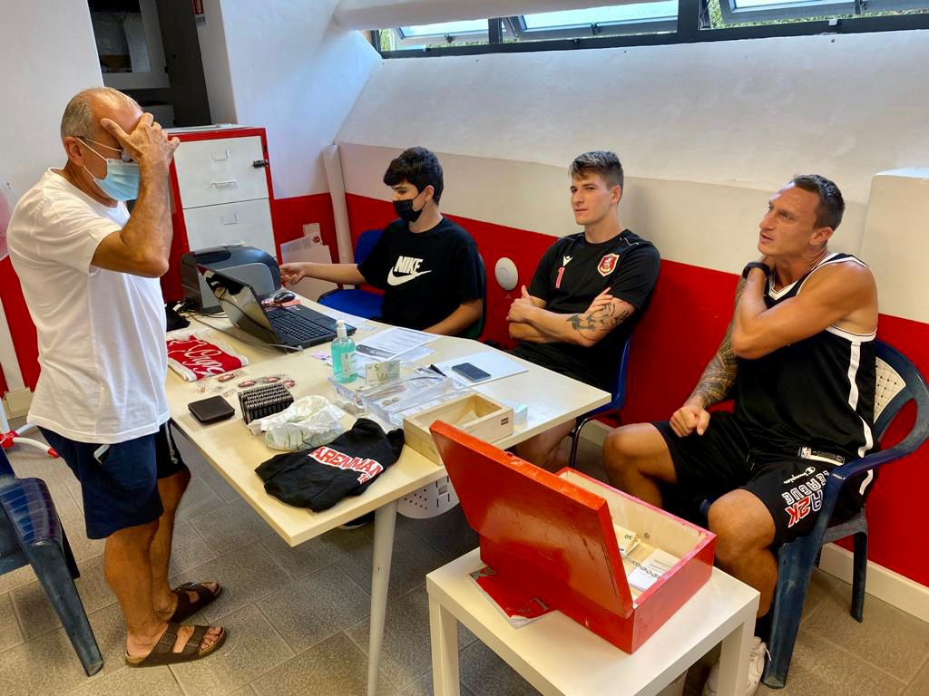 Barosi (al centro) e Gorelli (a destra) a colloquio con un tifoso - foto Us Grosseto